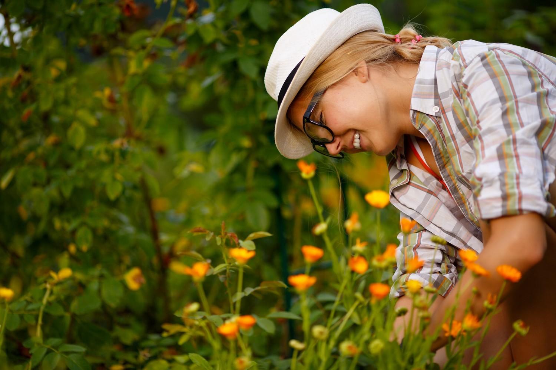 Femme heureuse jardin